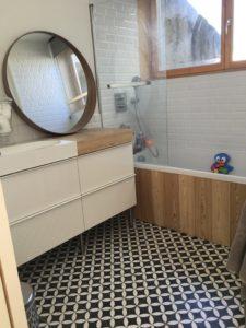 Carreau de ciment au sol de salle de bain